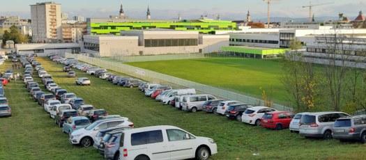 Besucheransturm beim Tag der offenen Tür, zeitweise war sowohl am Gelände der HTL als auch auf angrenzenden Flächen keine Parkmöglichkeiten mehr verfügbar.