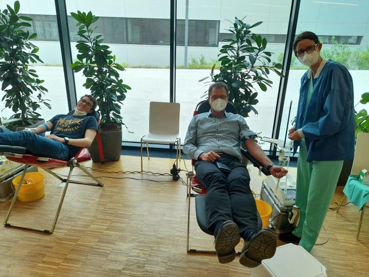 AV Hainzl und Schüler beim Blutspenden