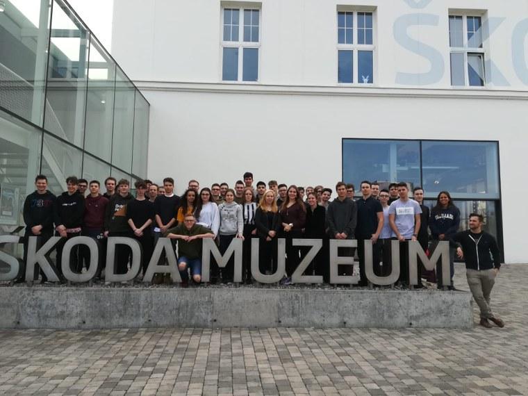Die Gruppe vor dem Skoda-Museum in Jung Bunzlau