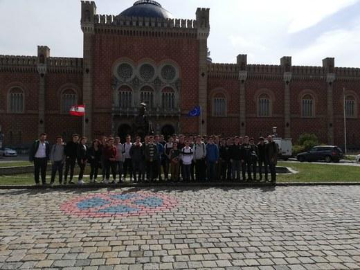 Die Schüler vor dem Heeresgeschichtlichen Museum (HGM)