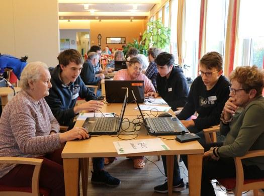 Informatiker bieten Pensionisten IT-Support
