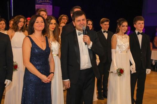 Landtagsabgeordnete Doris Schmidl und Direktor Martin Pfeffel eröffnen den Ball