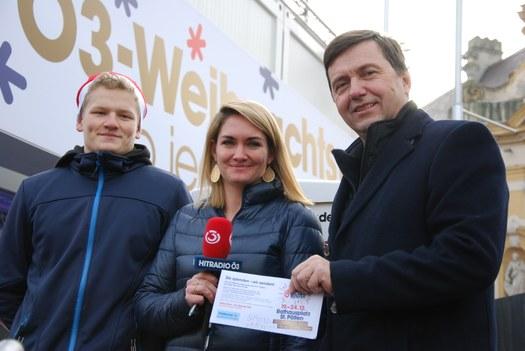 Direktor Martin Pfeffel und Schulsprecher Benjamin Trojan bei der Übergabe der Spende an Gabi Hiller