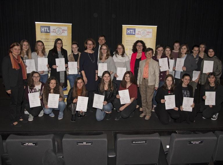 Übergabe der Teilnahmebestätigungen an neue HTL-Girl Scouts
