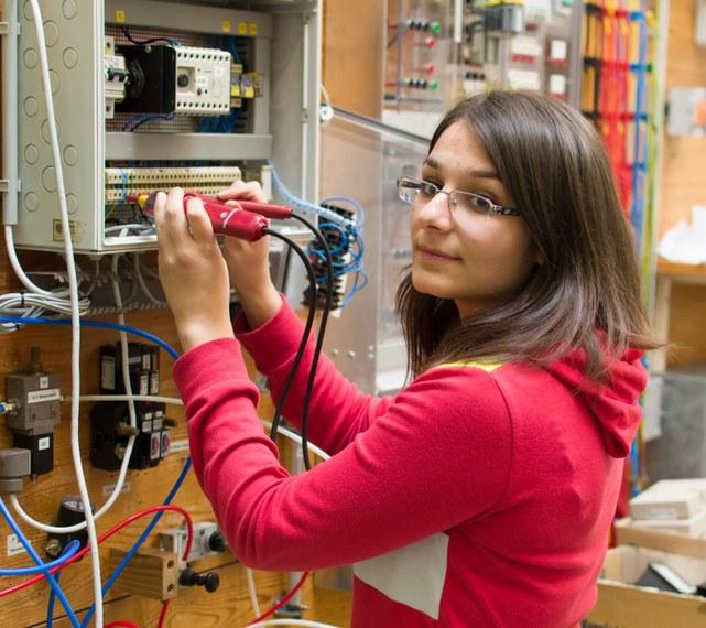 Mädchen in der Elektrotechnik